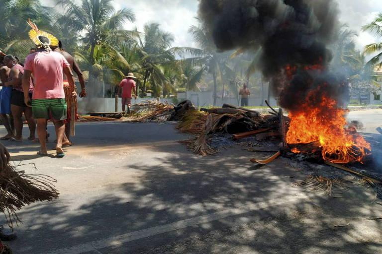 Indígenas bloqueiam rodovia e são presos na Bahia após terem cabanas destruídas