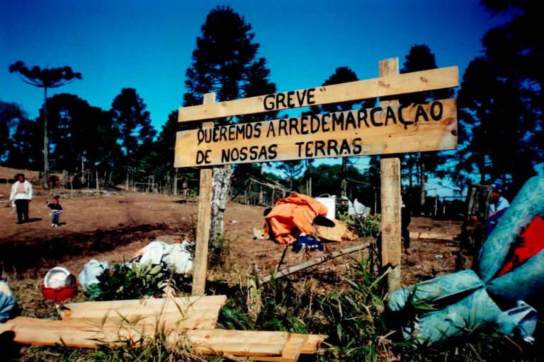 """Placa em território indígena com a inscrição """"Greve. Queremos a demarcação de nossas terras"""""""
