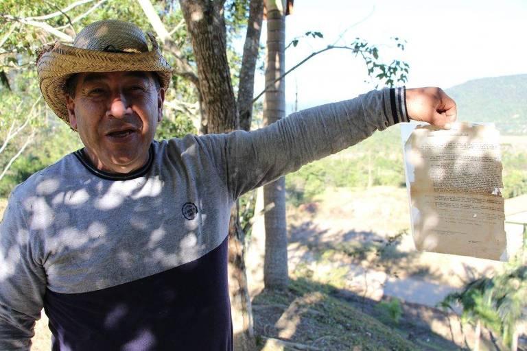 Brasilio Pripra, liderança do povo Xokleng, com decreto do governo catarinense que reduziu a Terra Indígena