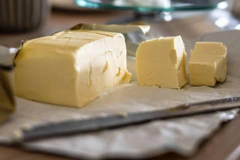 Manteiga em barra e faca - Web Stories Como e do que é feita a manteiga?