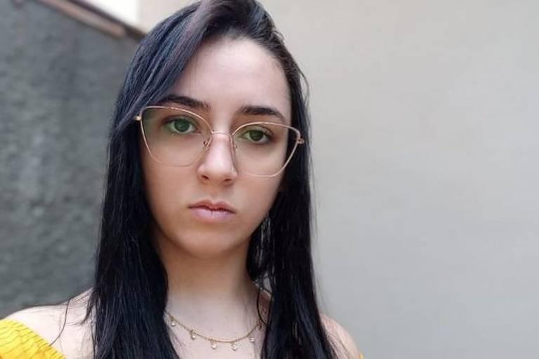 Lara da Silva se tornou meme após briga na saída da escola, em novembro de 2015