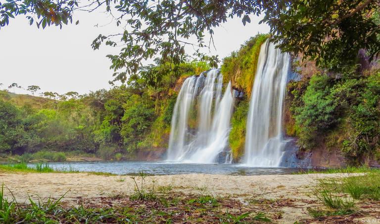 Paisagem com cachoeira ao fundo, na cidade de Carrancas, Minas Gerais