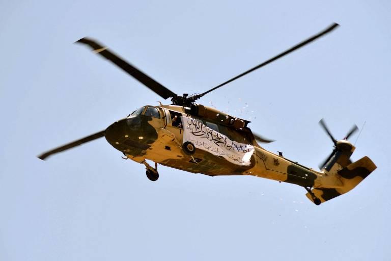 Primeiro helicóptero do Talibã voa em parada militar com armas dos EUA