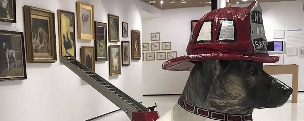 Escultura em tamanho real de pastor alemão