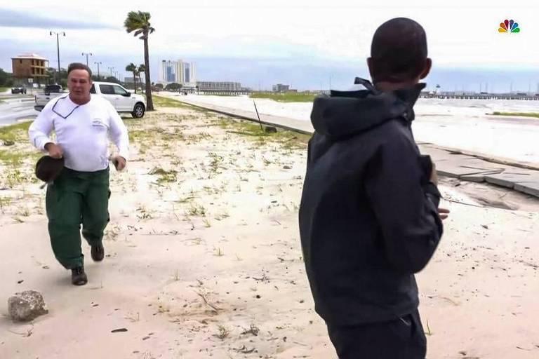 Homem recebe ordem de prisão após invadir transmissão ao vivo no Mississipi e gritar com repórter