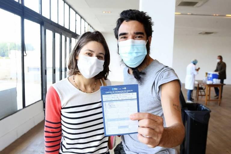 O ator Caio Blat toma a vacina contra a Covid-19 acompanhado da namorada, a atriz Luisa Arraes