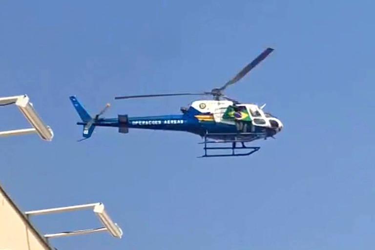 Imagem mostra helicóptero sobrevoando escola e exibindo bandeira do Brasil após professora ser afastada por criticar o presidente Jair Bolsonaro