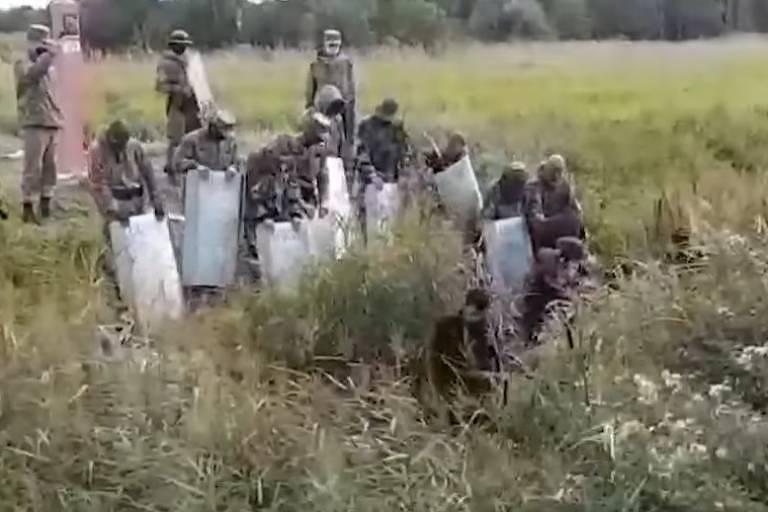 Tropa da Belarus empurra com escudos imigrantes para a União Europeia; veja vídeo