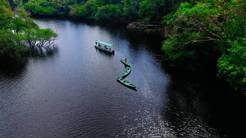 Barco transporta visitantes pelo Parque Nacional de Anavilhanas, a 180 km de Manaus
