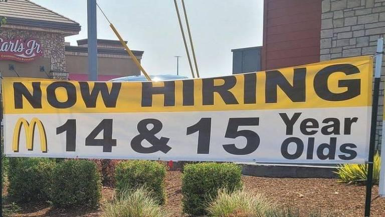 Faixa de loja do McDonald's anuncia contratação de jovens de 14 e 15 anos