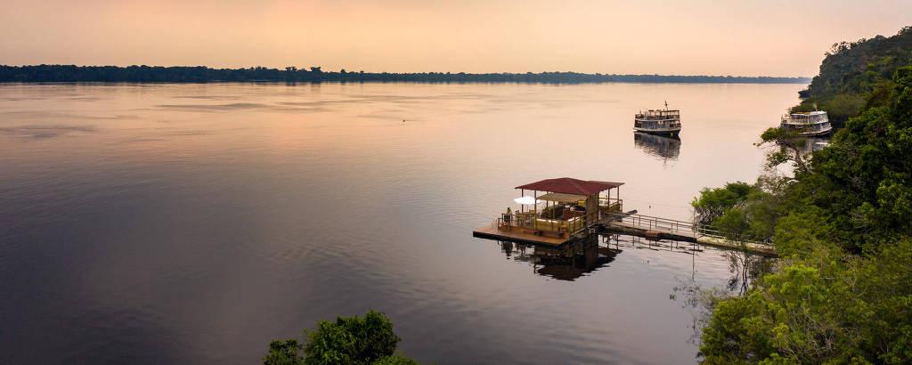 Deck flutuante do Anavilhanas Jungle Lodge, hotel de selva às margens do rio Negro, no Amazonas