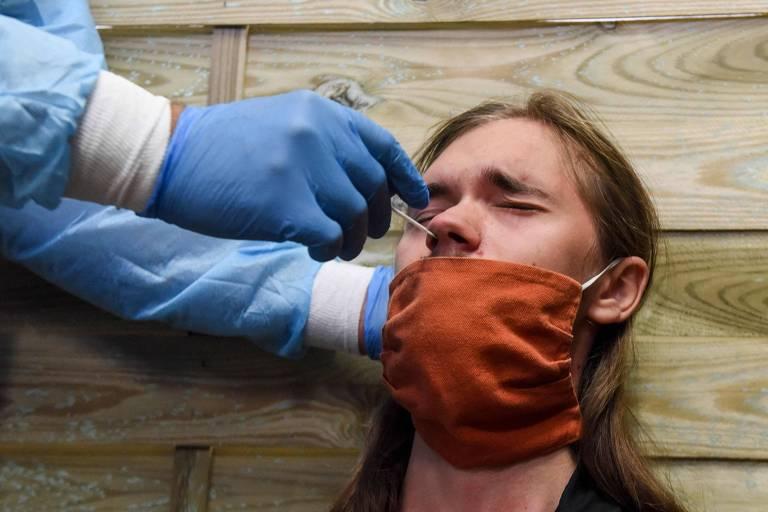 Um profissional da saúde faz teste nasal para o coronavírus em uma pessoa