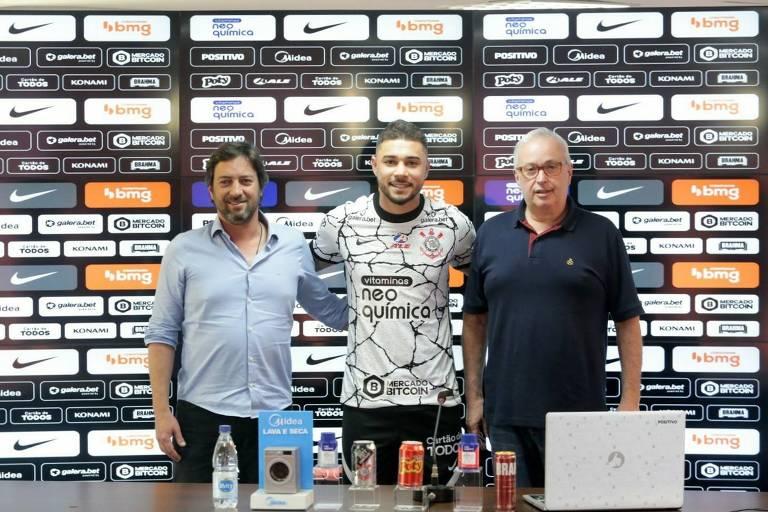 O lateral João Pedro é apresentado como jogador do Corinthians