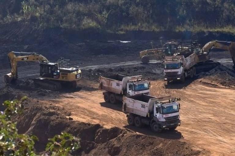 Imagem aérea mostra caminhões e tratores em uma área rural