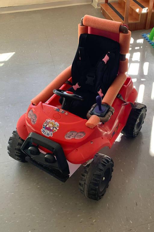 Carrinho de plástico, vermelho, adaptado para crianças com deficiência