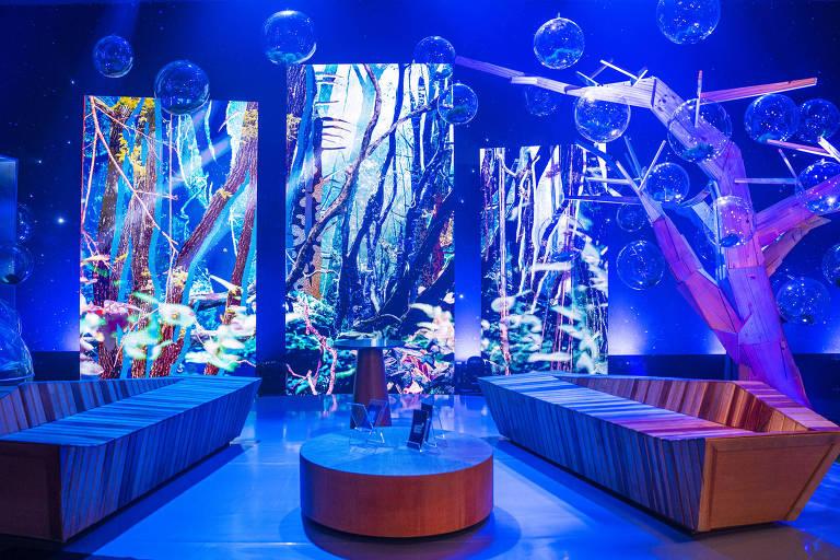 Um cenário bem azulado com luzes neon e decoração
