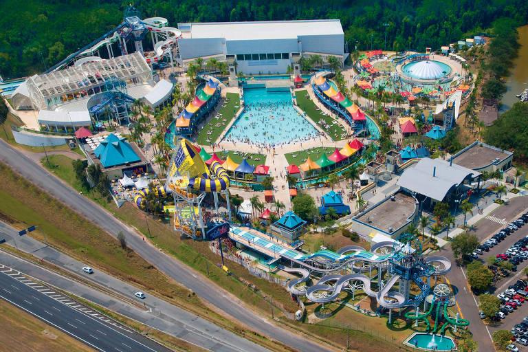 Parque aquático visto de cima, com piscinas e quiosques