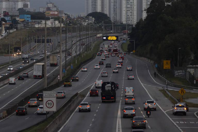 Motorista enfrenta trânsito na saída da capital paulista para o feriadão