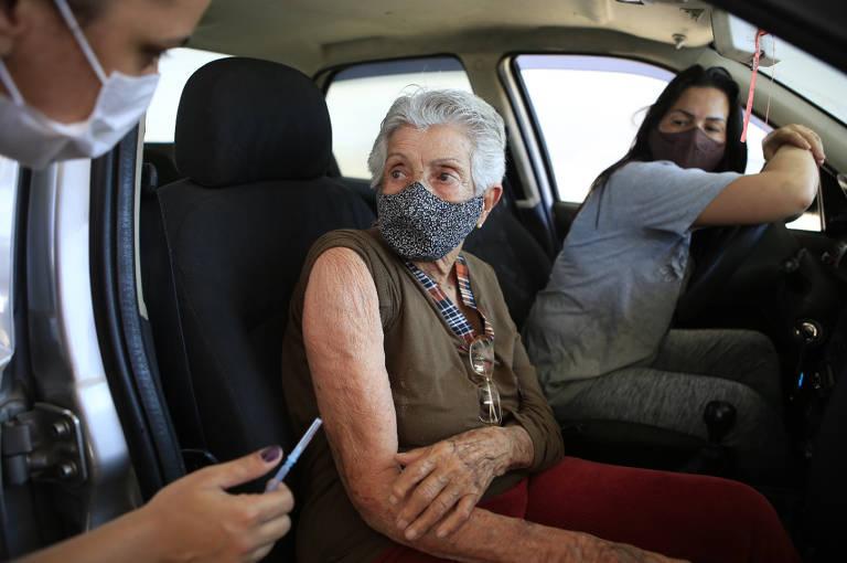 Início da vacinação de terceira dose em idosos com  mais de 90 anos