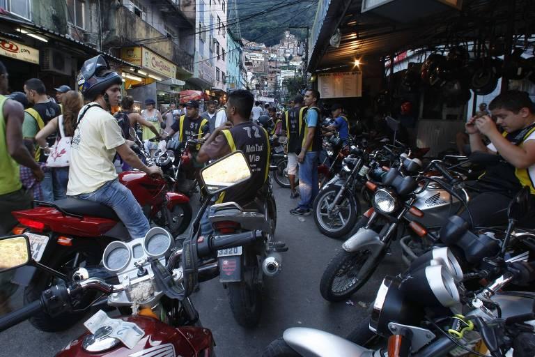 Mototaxistas na favela da Rocinha, no Rio de Janeiro
