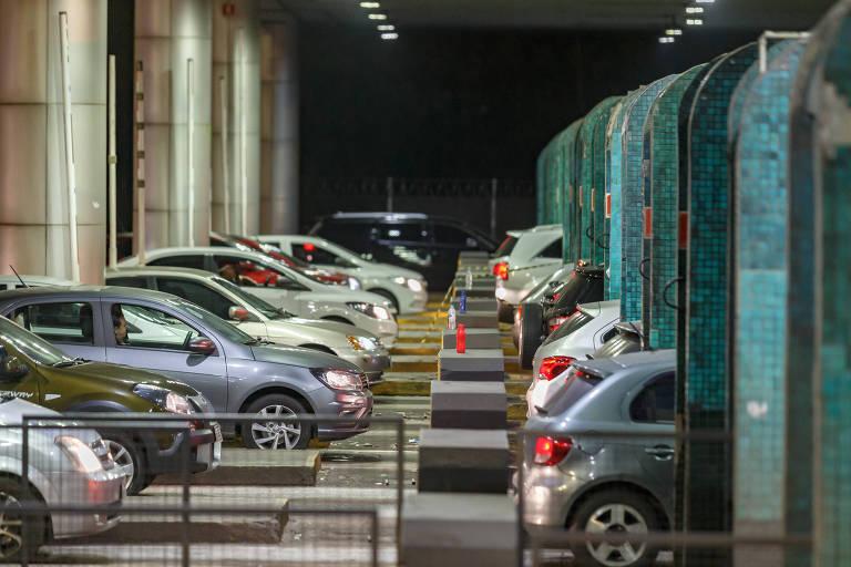 Carros parados esperam para passar por praça de pedágio de rodovia paulista