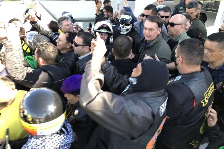O presidente Jair Bolsonaro (sem partido) se reúne com apoiadores durante motociata em Brasília (DF), saindo do Palácio do Planalto, neste domingo, 8 de agosto de 2021, Dia dos Pais