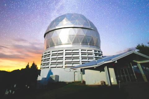 Planetário - Web Stories - Foto de planetário visto de fora com noite estrelada ao fundo - Web Stories