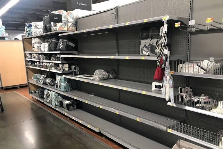 Prateleiras vazias em hipermercado Walmart em Washington, DC