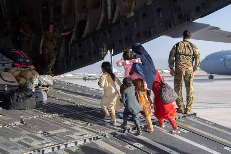 Família afegã embarca em avião da Força Aérea dos EUA para deixar Afeganistão