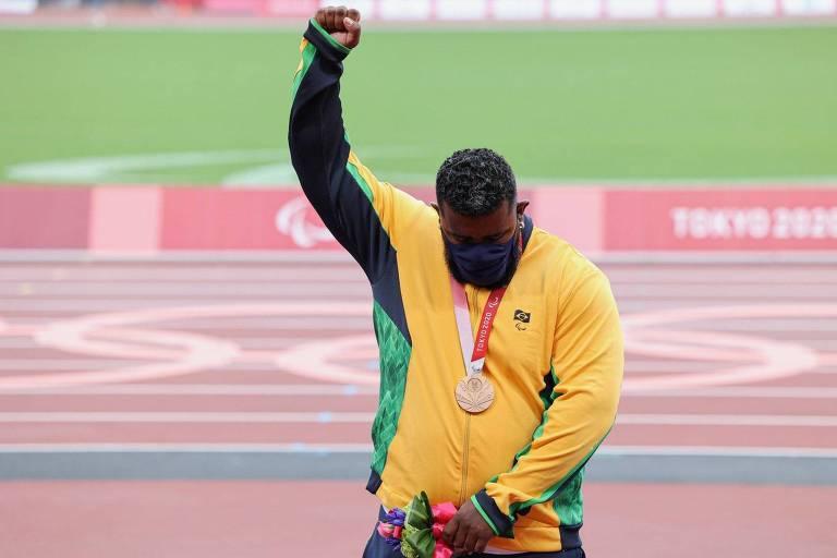 Thiago Paulino protesta no pódio das Paralimpíadas após ter ouro revogado