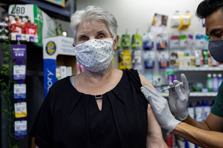 Mulher recebe dose de reforço da vacina da Pfizer em Schwenksville, Pennsylvania, no último dia 14