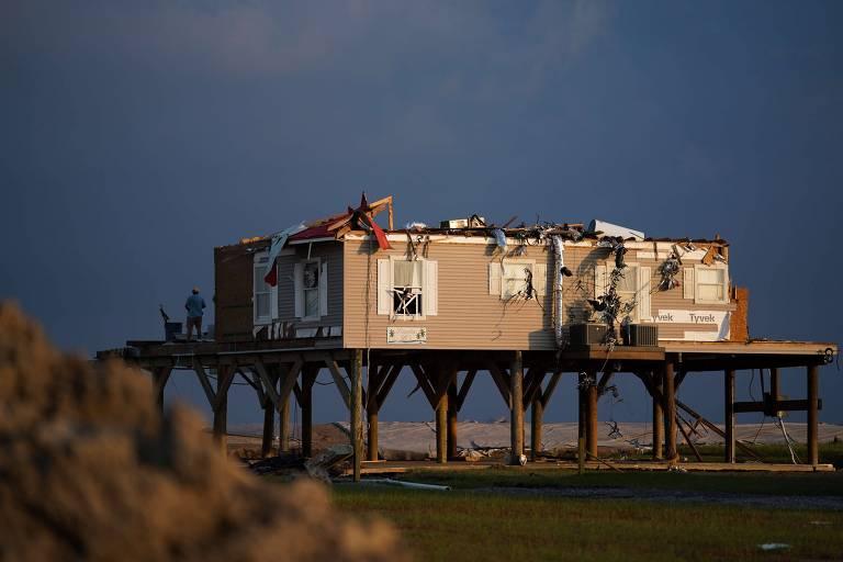 Casa danificada pela tempestade do furacão Ida, em Grand Isle, Louisiana; crise climática causa aumento de eventos extremos