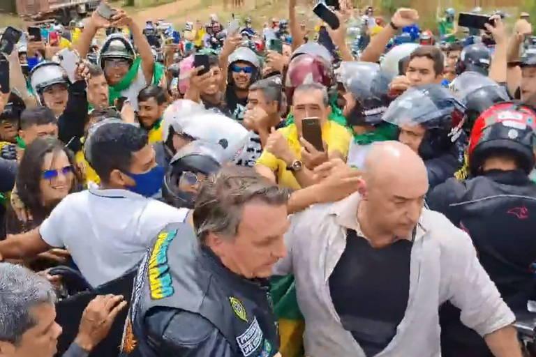 Presidente Jair Bolsonaro promove aglomeração em motociata no interior de PE