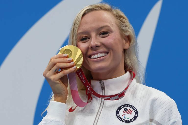 Jessica Long exibe o ouro conquistado nos 100 m borboleta S8
