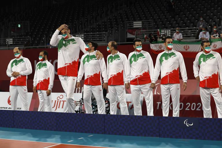 Morteza Mehrzadselakjani, do Irã, se destaca nos companheiros o pódio do vôlei sentado