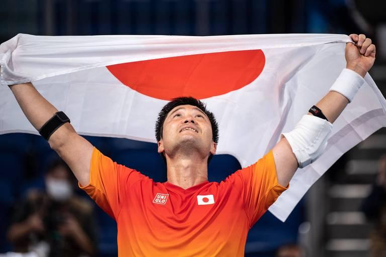 Shingo Kunieda ergue a bandeira do Japão após faturar o ouro no tênis em cadeira de rodas