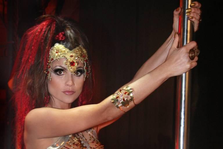 """Flávia Alessandra como Alzira em """"Duas Caras"""" (2007-2008)"""