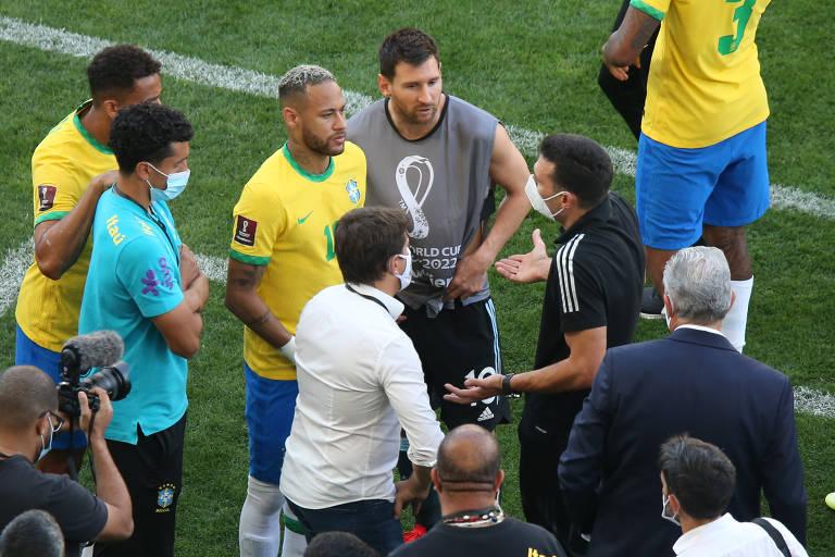 Jogadores e técnicos de Brasil e Argentina conversam após interrupção da partida pela Anvisa