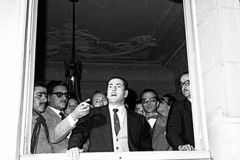 O governador do Rio Grande do Sul, Leonel Brizola, fala a apoiadores no Palácio Piratini, em Porto Alegre, em 1961