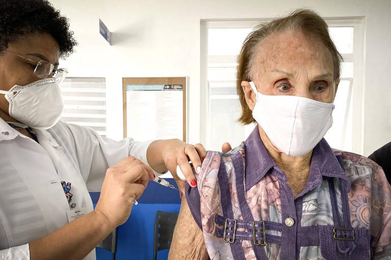 Idosa recebe terceira dose da vacina contra Covid em Sao Paulo
