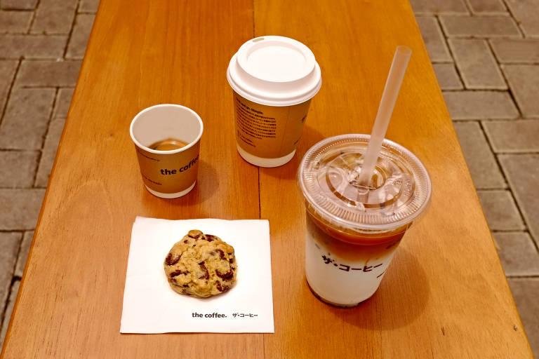No cardápio da The Coffee há opções de bebidas geladas, quentes e também comidinhas