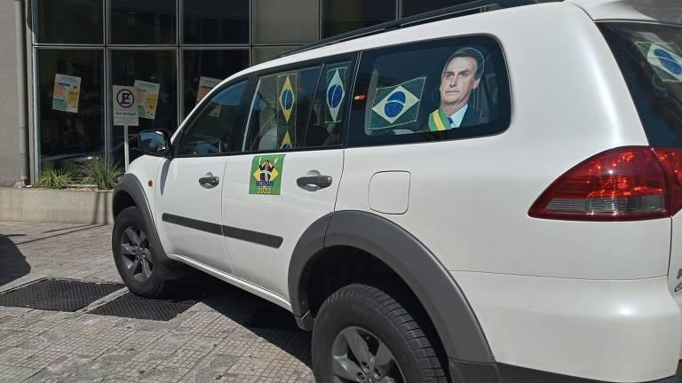 Automóvel com placa de Caldas Novas (GO) estaciona em frente ao hotel Ibis da rua da Consolação