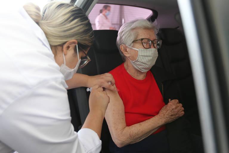 Idosos com 90 anos ou mais passaram a ser vacinados na cidade de São Paulo no último dia 6 de setembro. Na foto, movimentação da vacinação no drive-thru no Memorial da America Latina, na zona oeste.