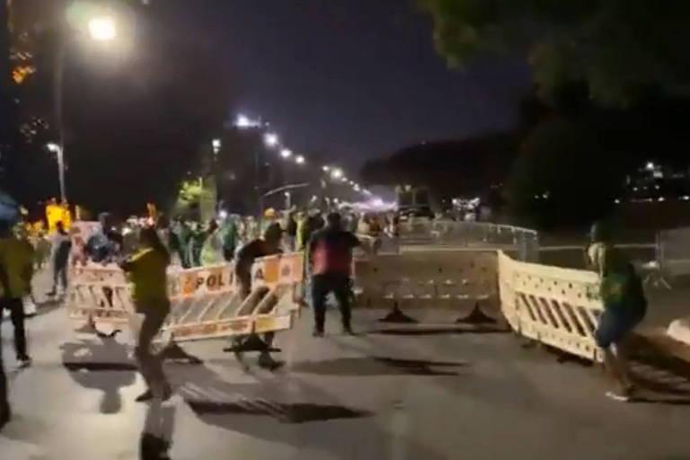 Bolsonaristas invadem Esplanada com gritos contra STF em véspera de ato com raiz golpista; veja vídeo