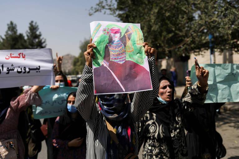 Talibã anuncia formação de governo interino em meio a manifestações no Afeganistão