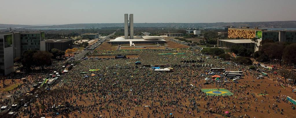 Manifestantes durante ato em apoio a Bolsonaro com pauta golpista na Esplanada dos Ministérios, em Brasília