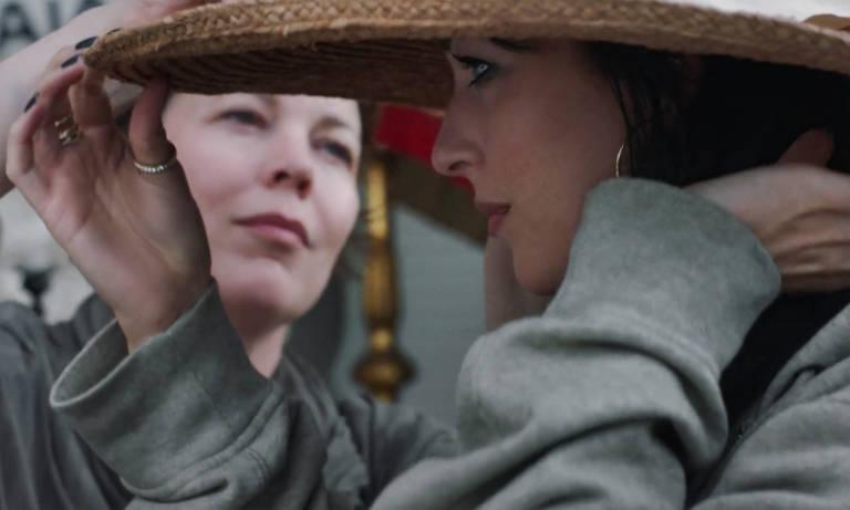 "Olivia Colman e Dakota Johnson em cena do filme ""The Lost Daughter"", de Maggie Gyllenhaal"