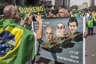 Ato Pro Bolsonoaro na Av Paulista. Manifestantes exibem cartazes e faixas pro ideologia do Governo Federal