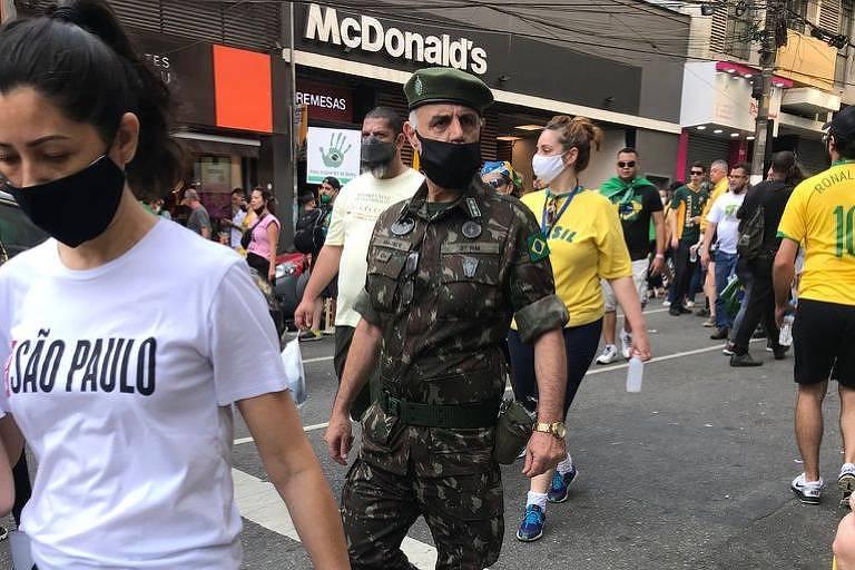 Militar fardado caminha entre manifestantes na avenida Paulista