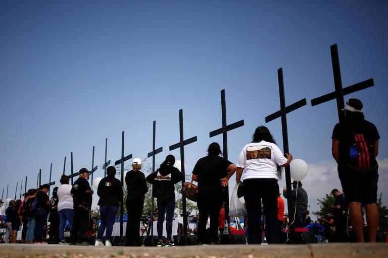 Ativistas participam de homenagem às vítimas de massacre em supermercado em El Paso, no Texas, ocorrido em 2019